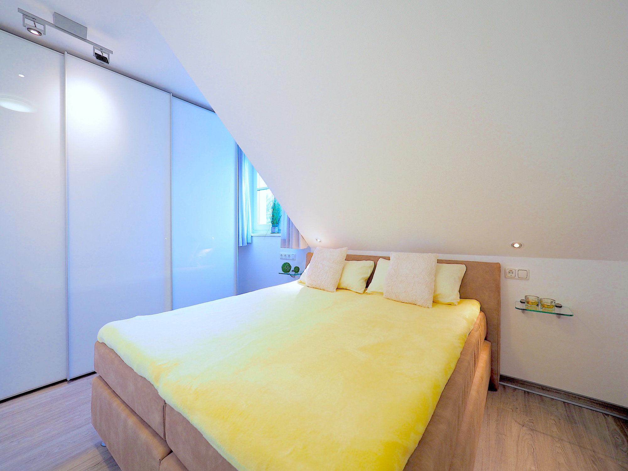 Zweites Schlafzimmer mit Doppelbett und Kleiderschrank