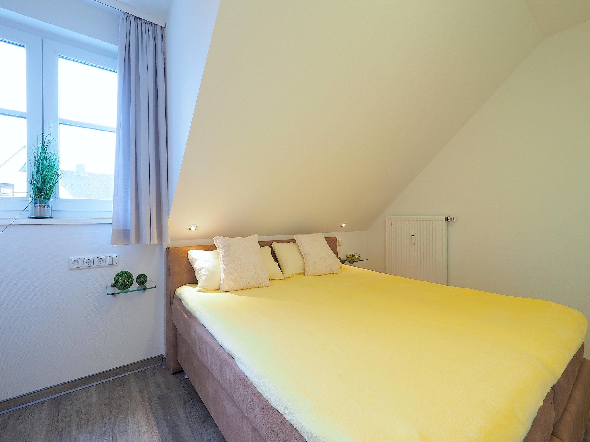 Zweites Schlafzimmer mit Doppelbett und Fenster