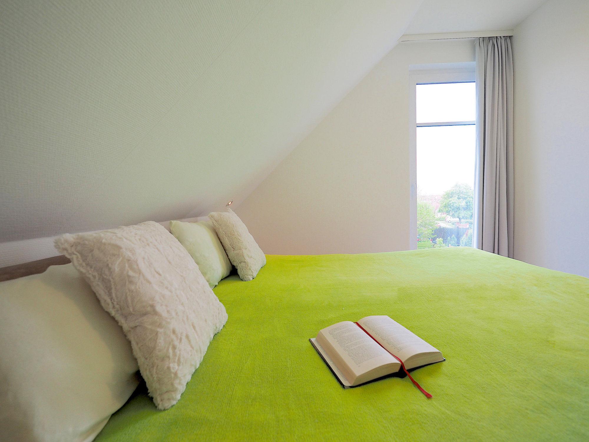 Schlafzimmer mit Doppelbett, Kopfende, Blick zur Balkontür