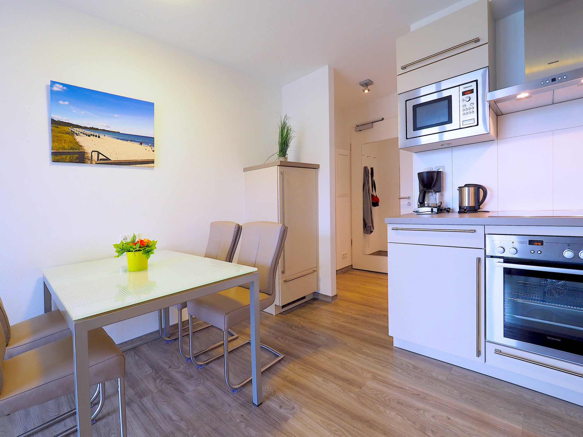 Esstisch mit 4 Stühlen und moderner Küchenzeile