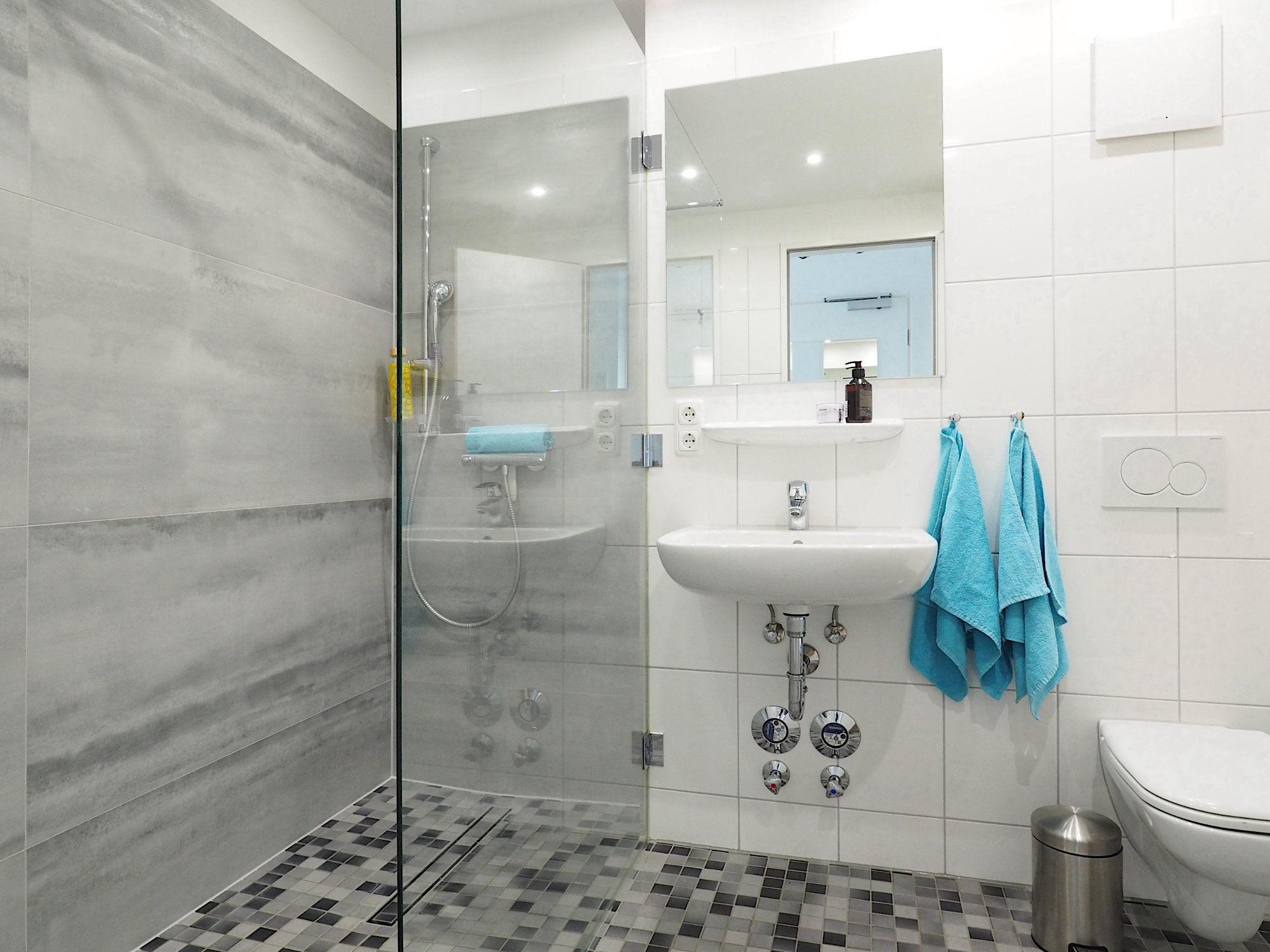 Duschbad mit bodentiefer Dusche, Waschbecken und WC