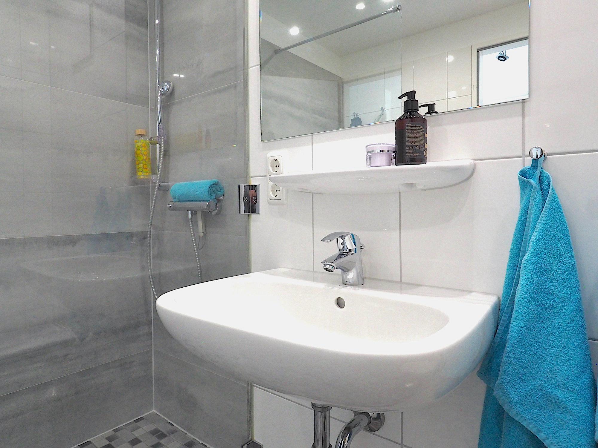 Duschbad mit Waschbecken