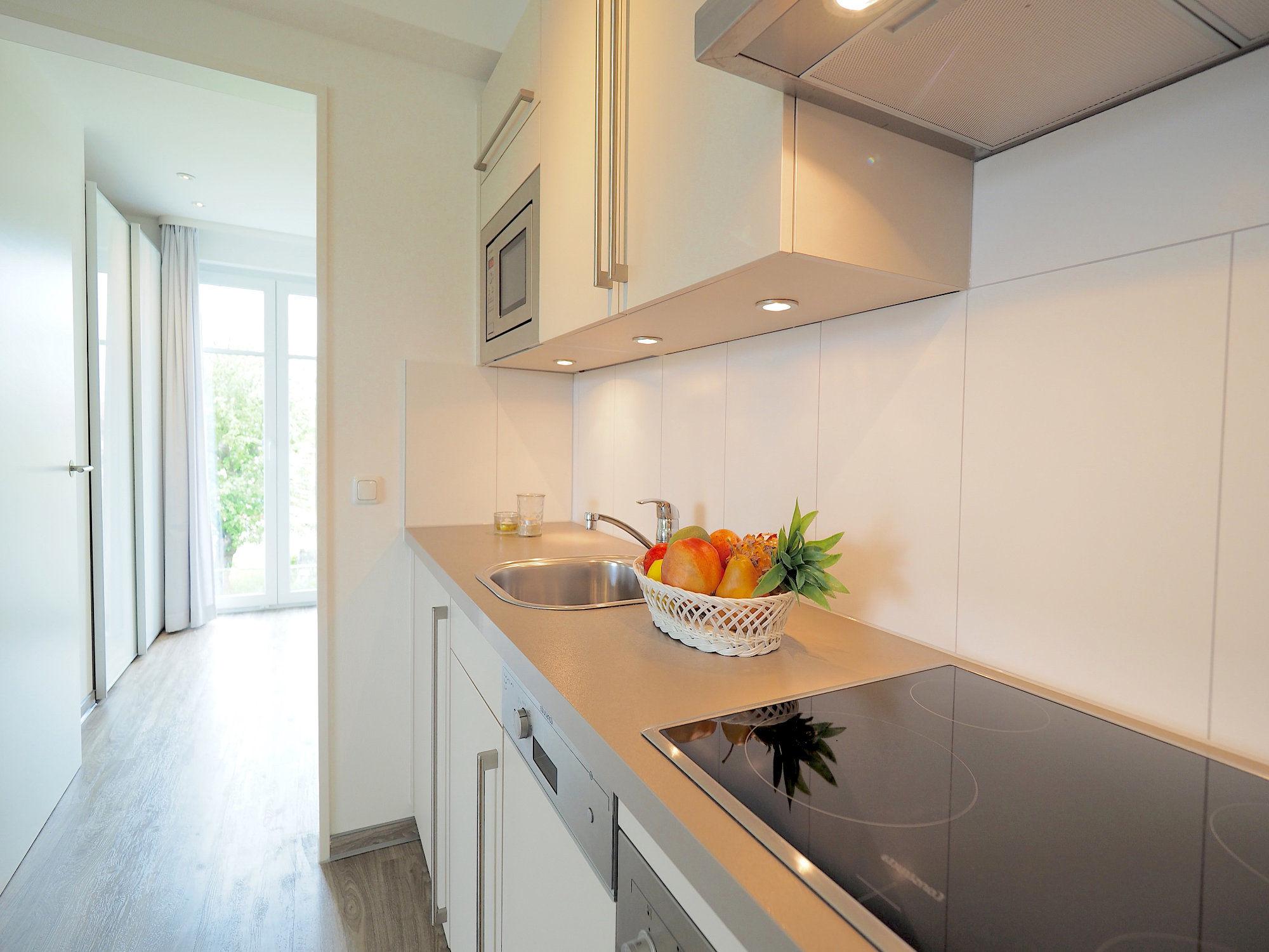 Seitlicher Blick auf die Küchenzeile, im Hintergrund Blick zum Balkonfenster