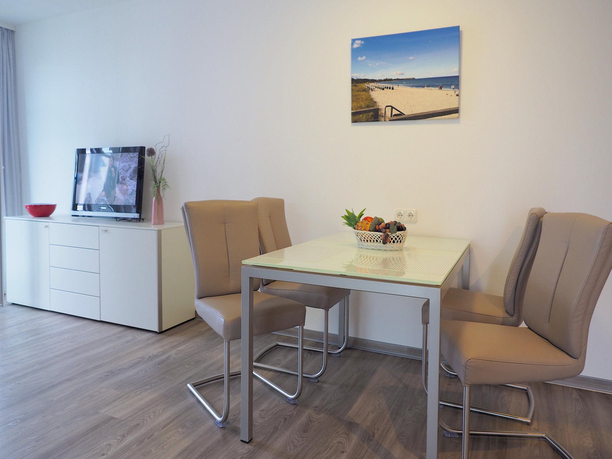 Esstisch mit 4 Stühlen und Sideboard mit Flatscreen TV