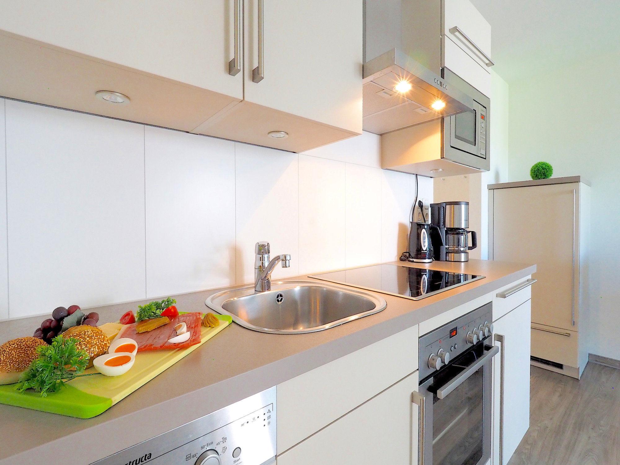 seitlicher Blick auf moderne Küchenzeile