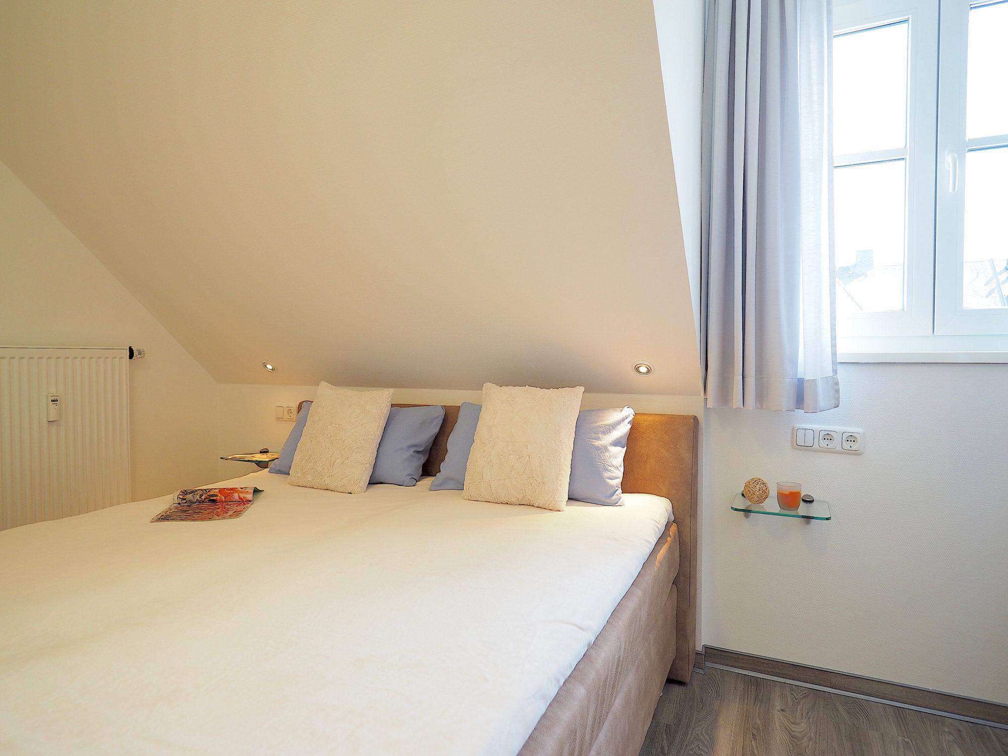 Schlafzimmer mit Doppelbett und Fenster