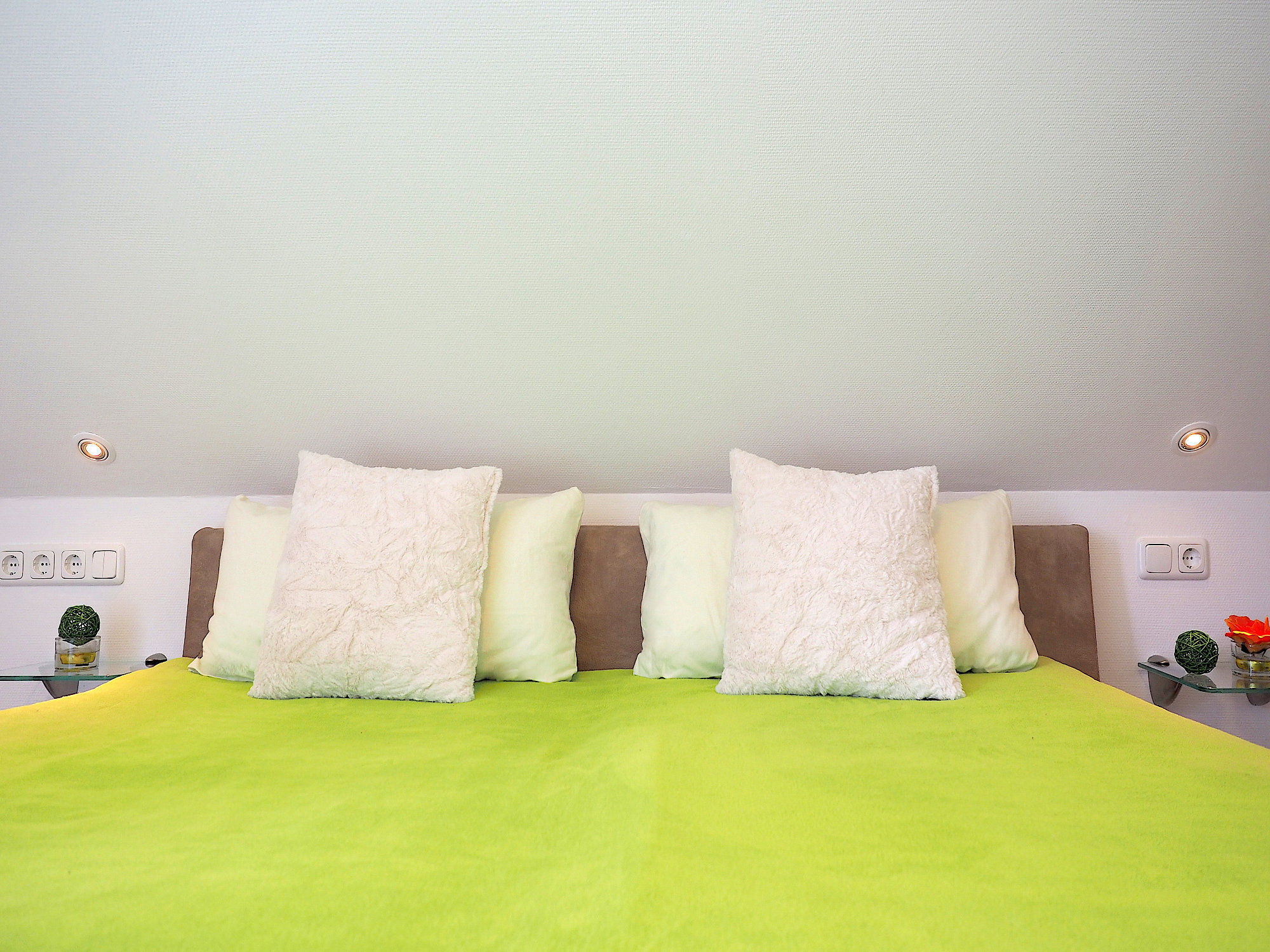 Zweites Schlafzimmer mit Doppelbett , Kopfteil mit Kissen