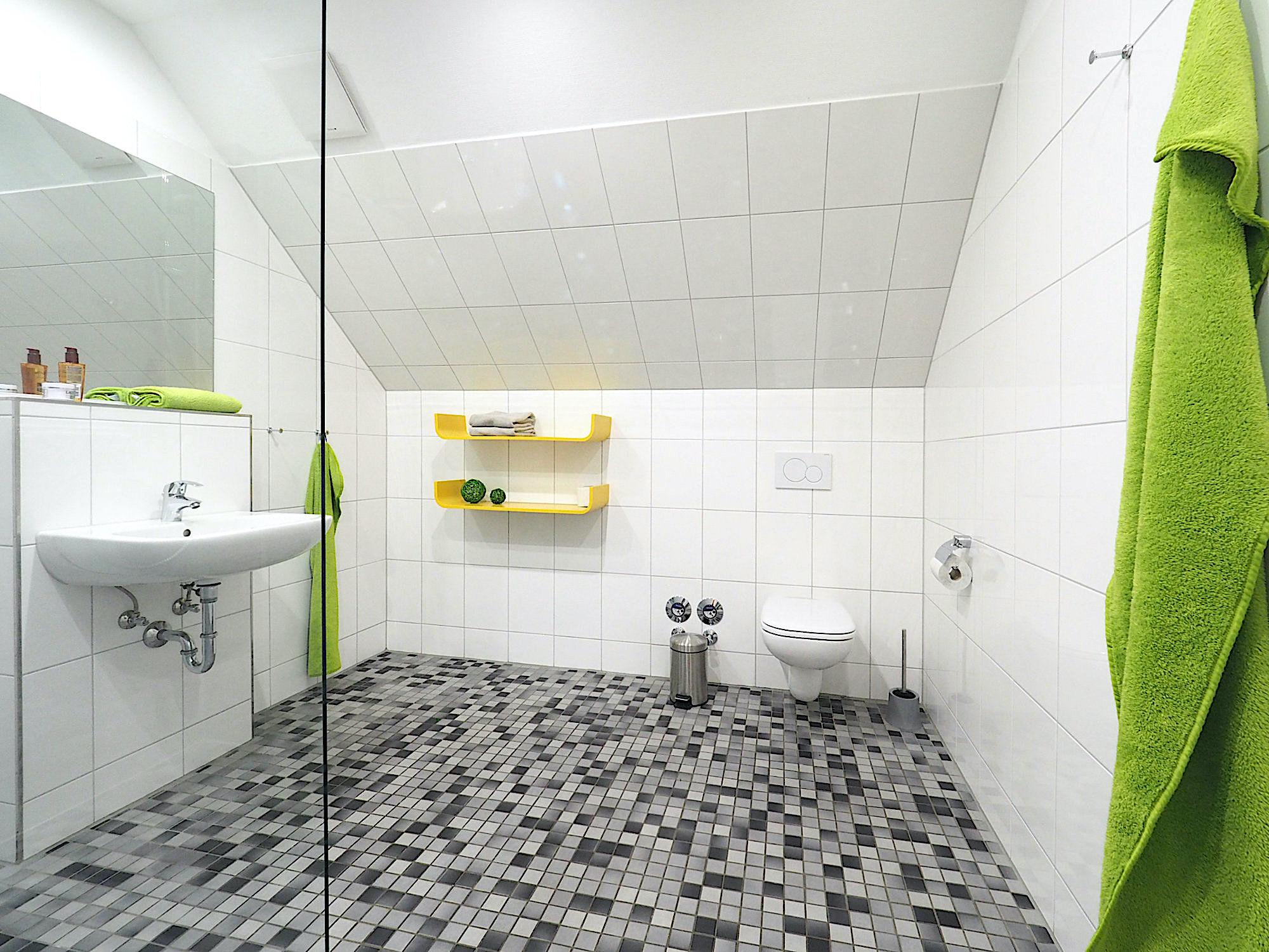 Duschbad mit bodentiefer Dusche, Waschbecken, 2 Regalen und WC