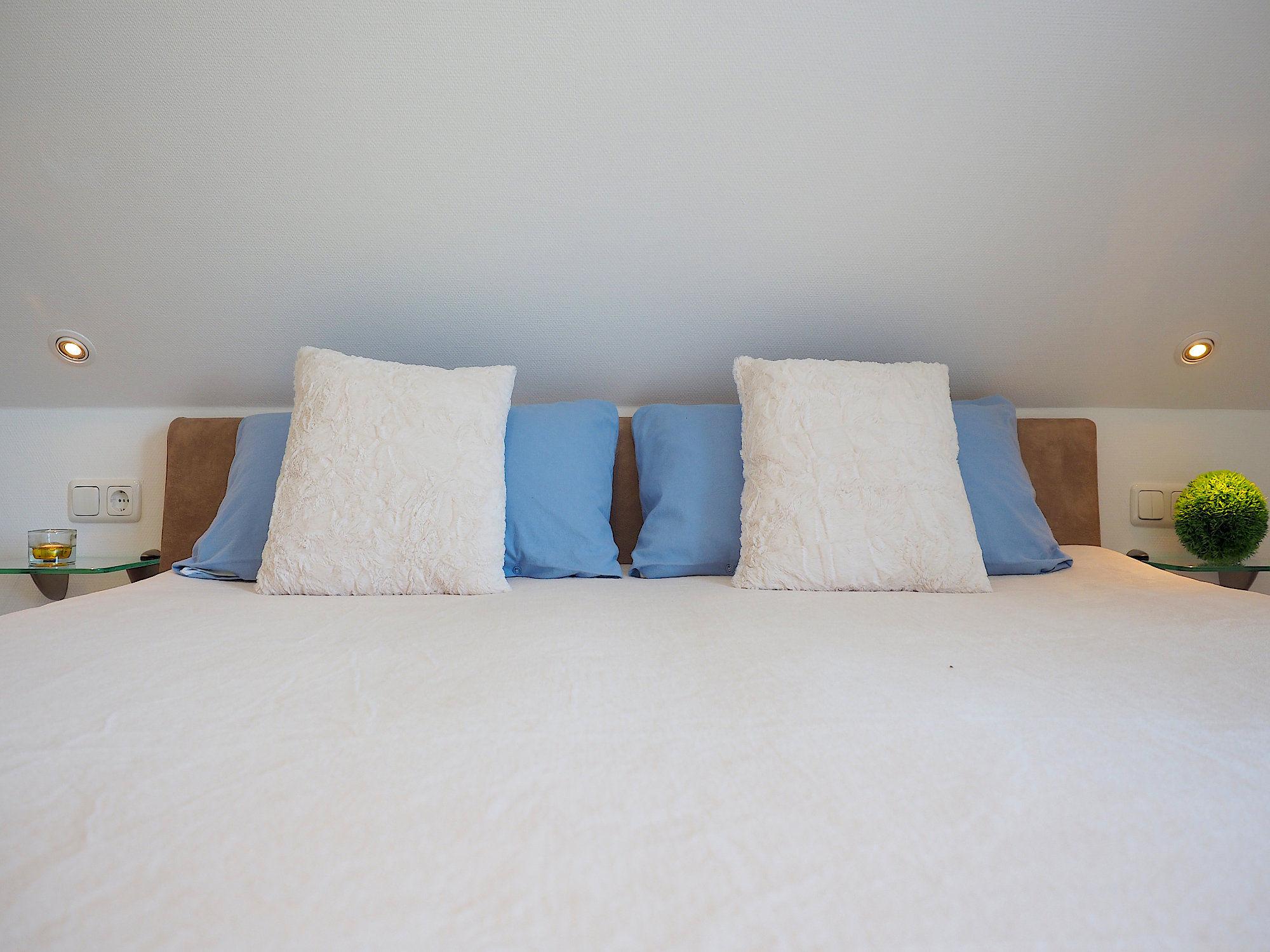 Schlafzimmer mit Doppelbett, Kopfteil mit Kissen