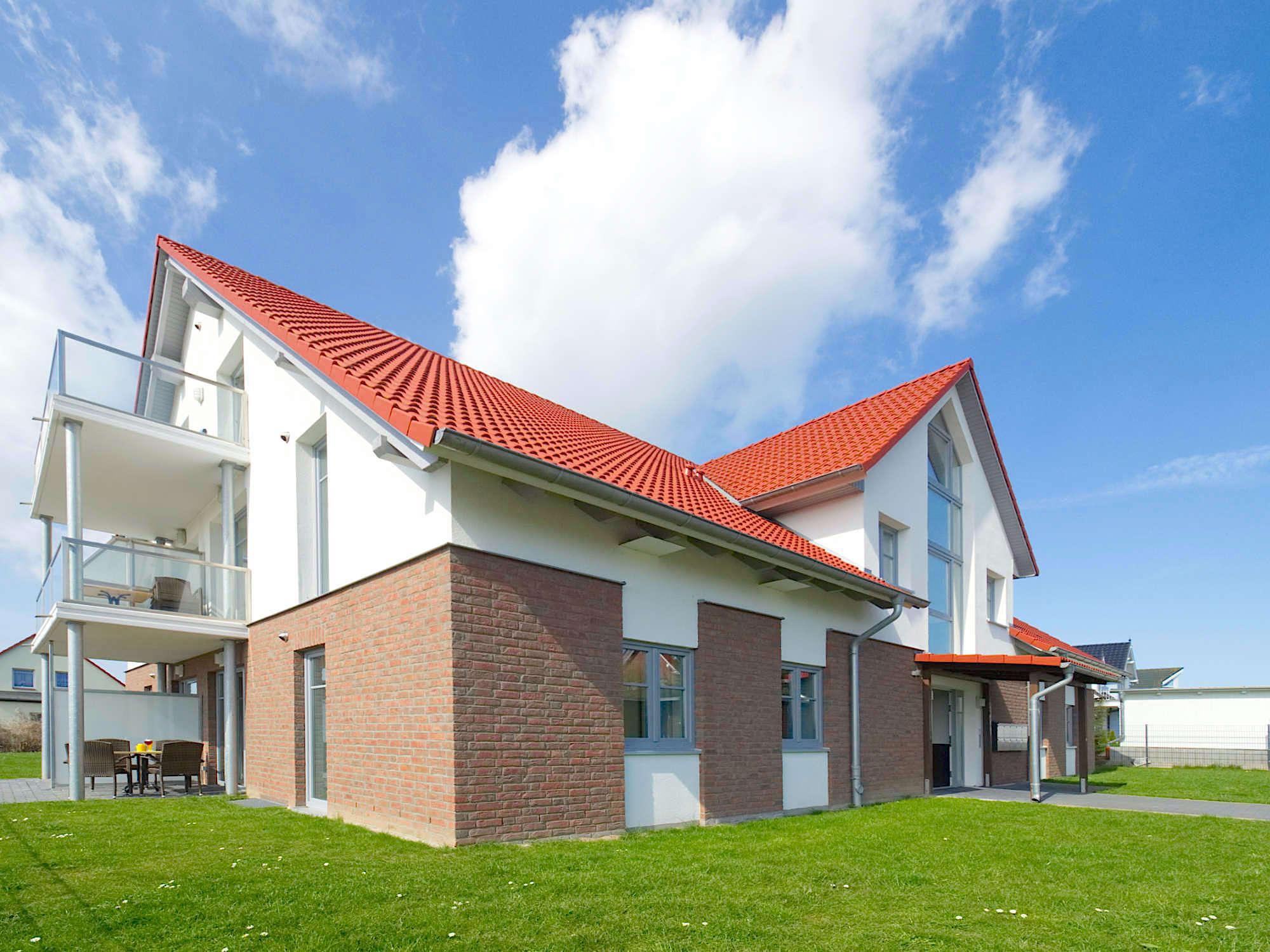 Aussenaufnahme mit Rasenflächen und Balkonen