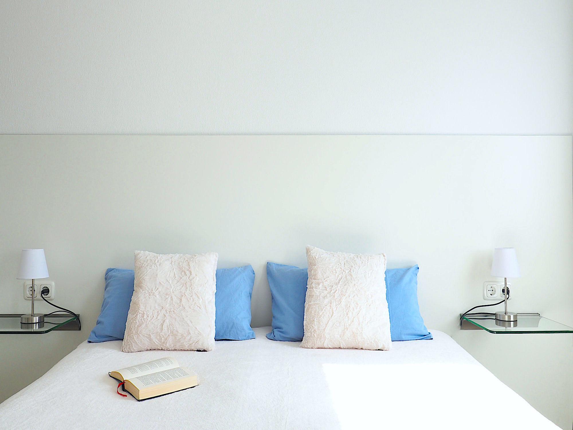 Schlafzimmer mit Doppelbett, Kopfteil mit Kopfkissen
