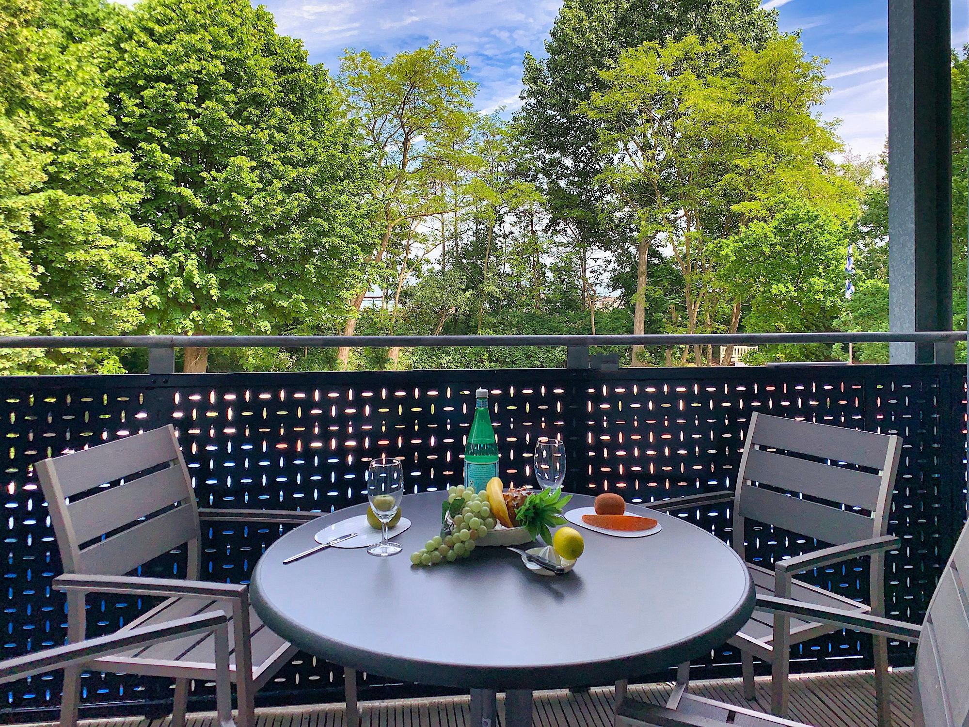 Balkon mit Tisch und Stühlen, Blick in´s Grüne zum Küstenschutzstreifen