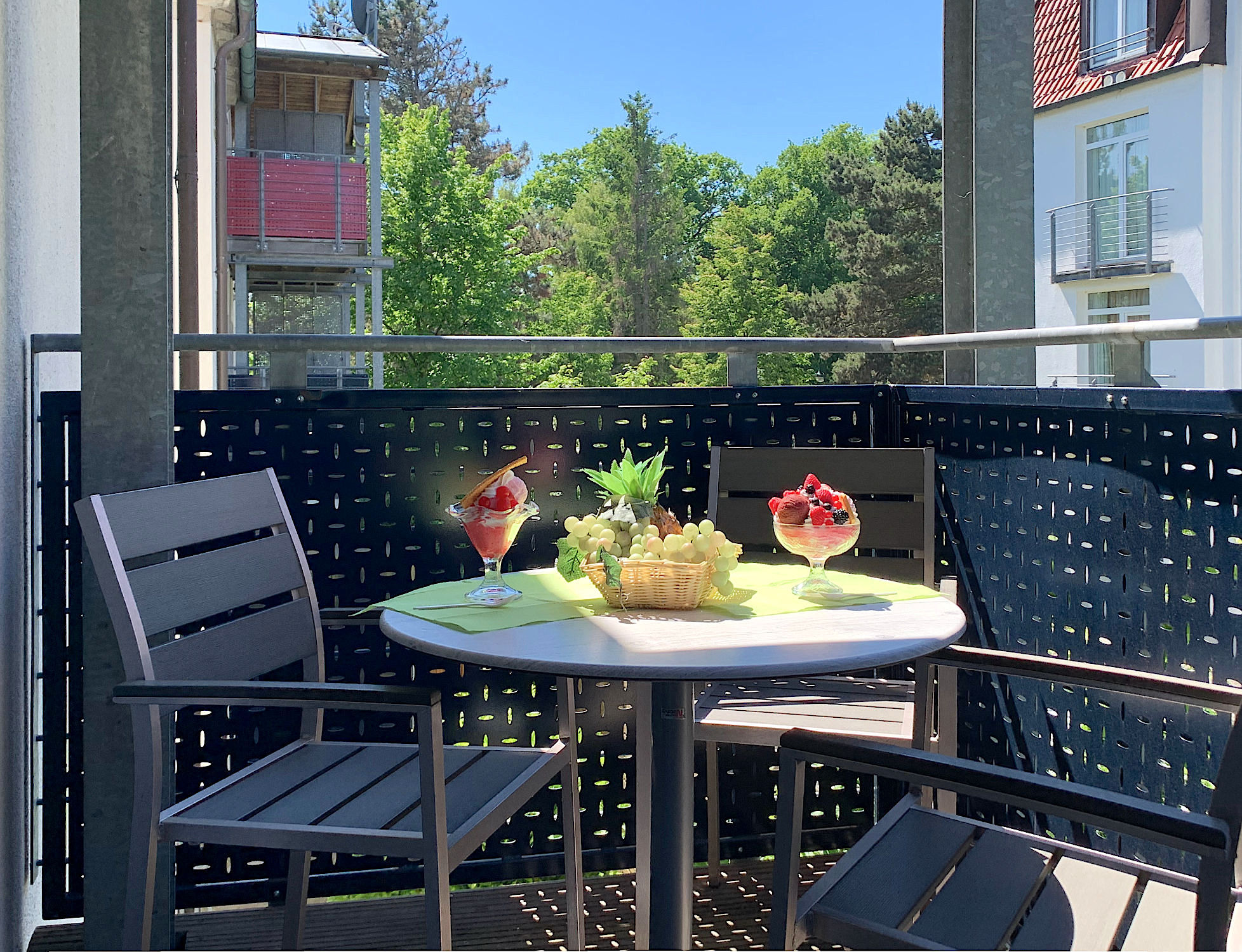 Balkon mit Tisch und Stühlen