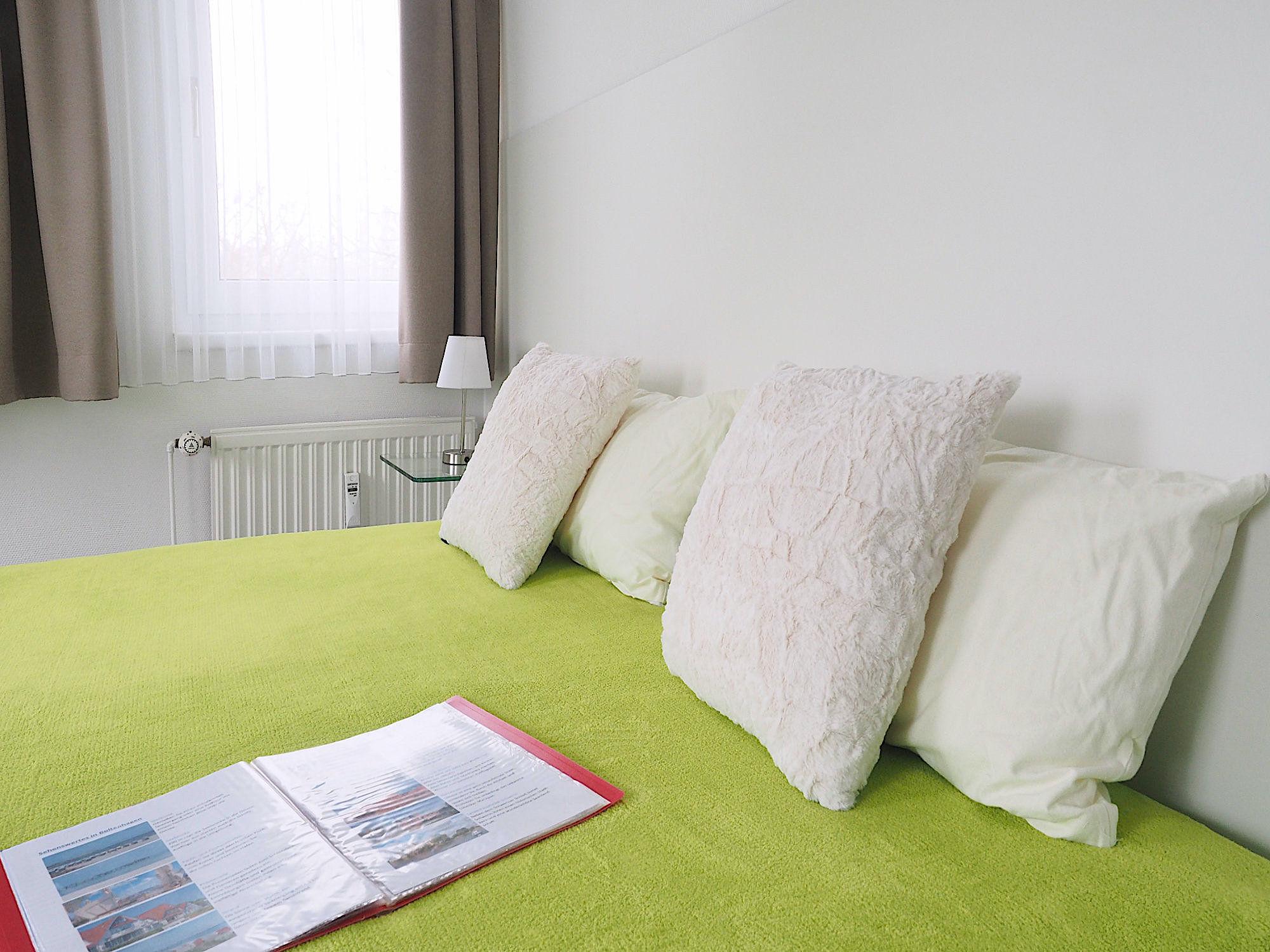 Zweites Schlafzimmer mit Doppelbett, Kopfteil mit Kopfkissen