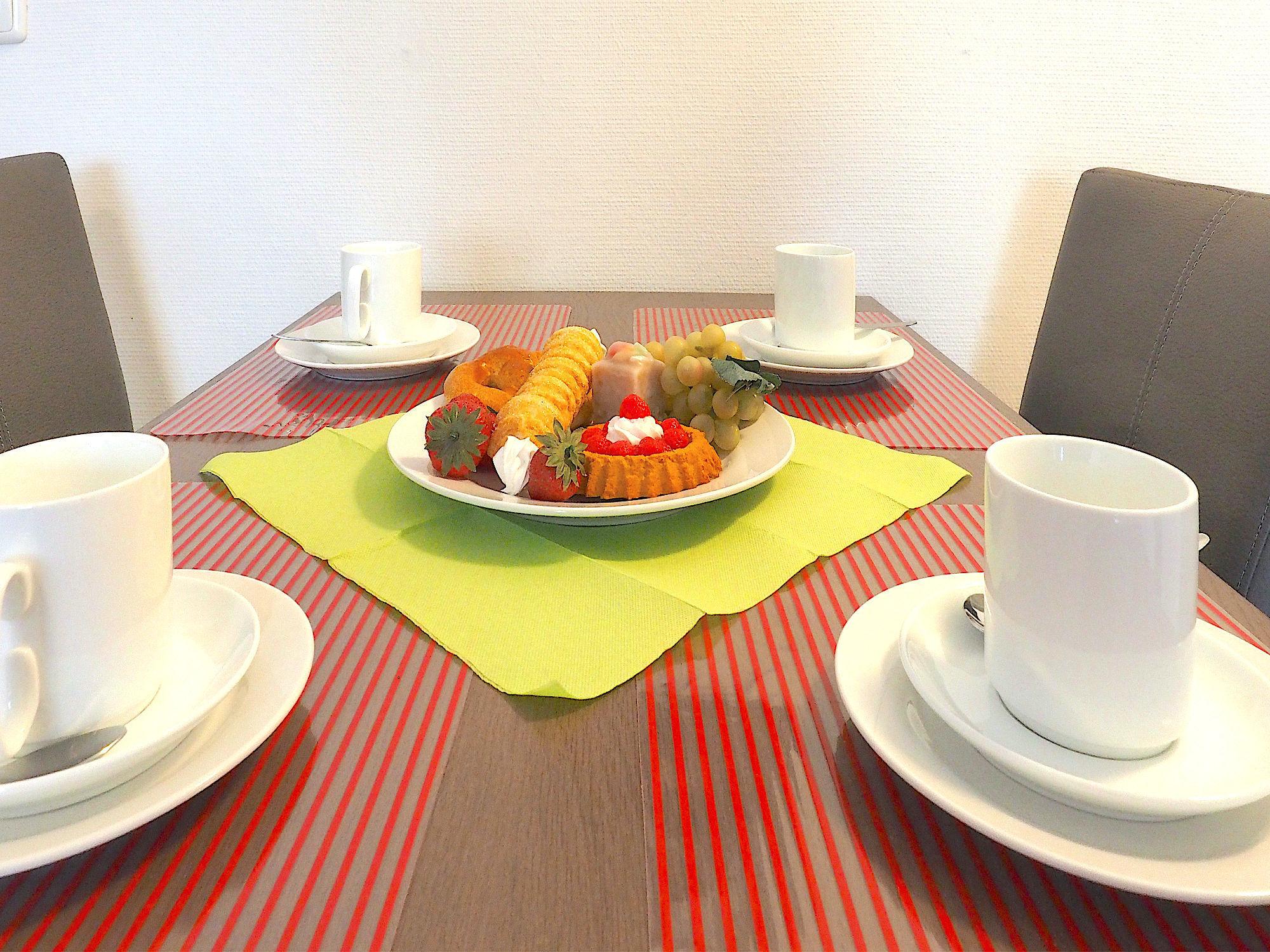 Esstisch mit Geschirr und Deko