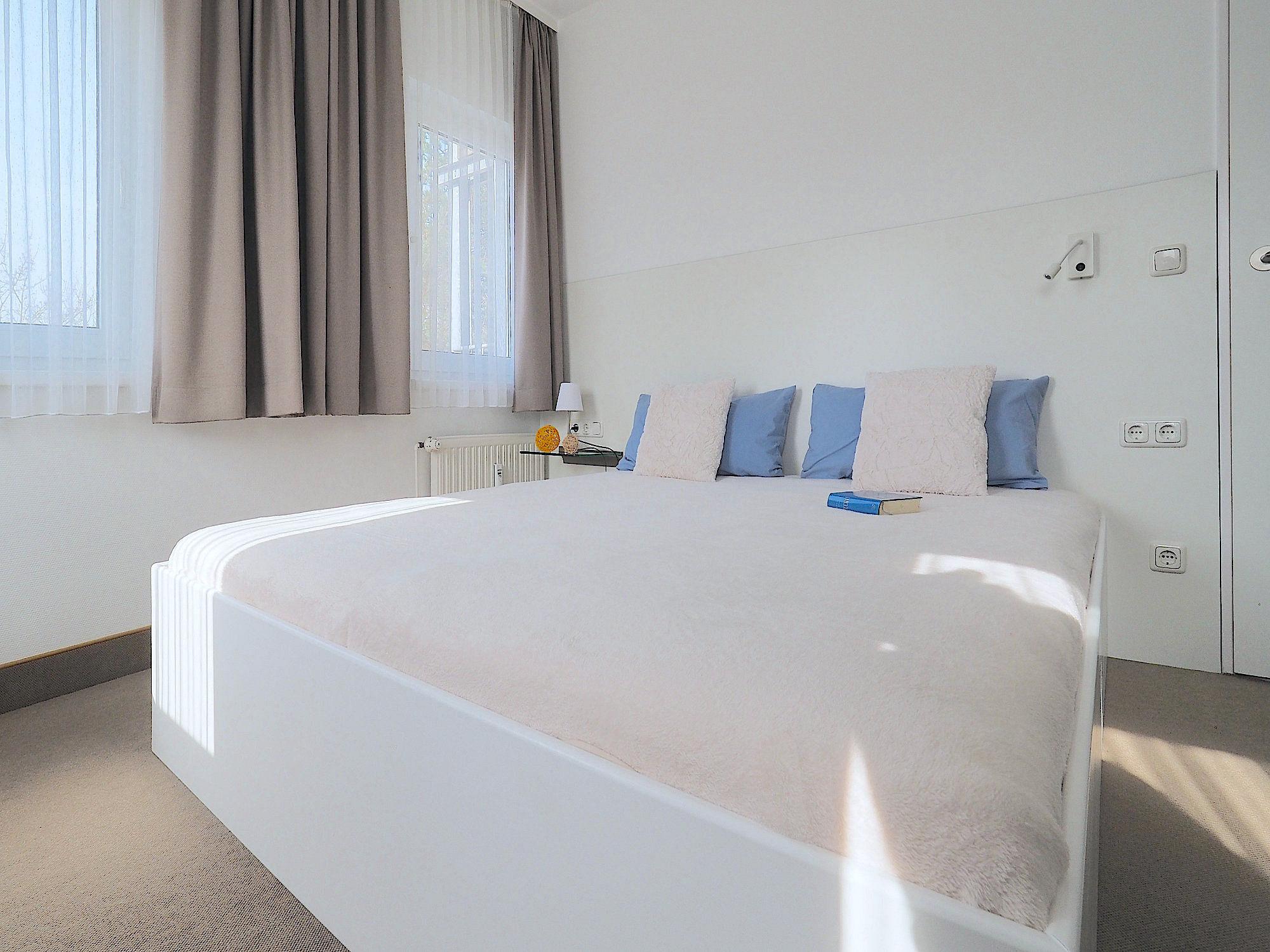 Zweites Schlafzimmer mit Doppelbett, dahinter  2 Fenster