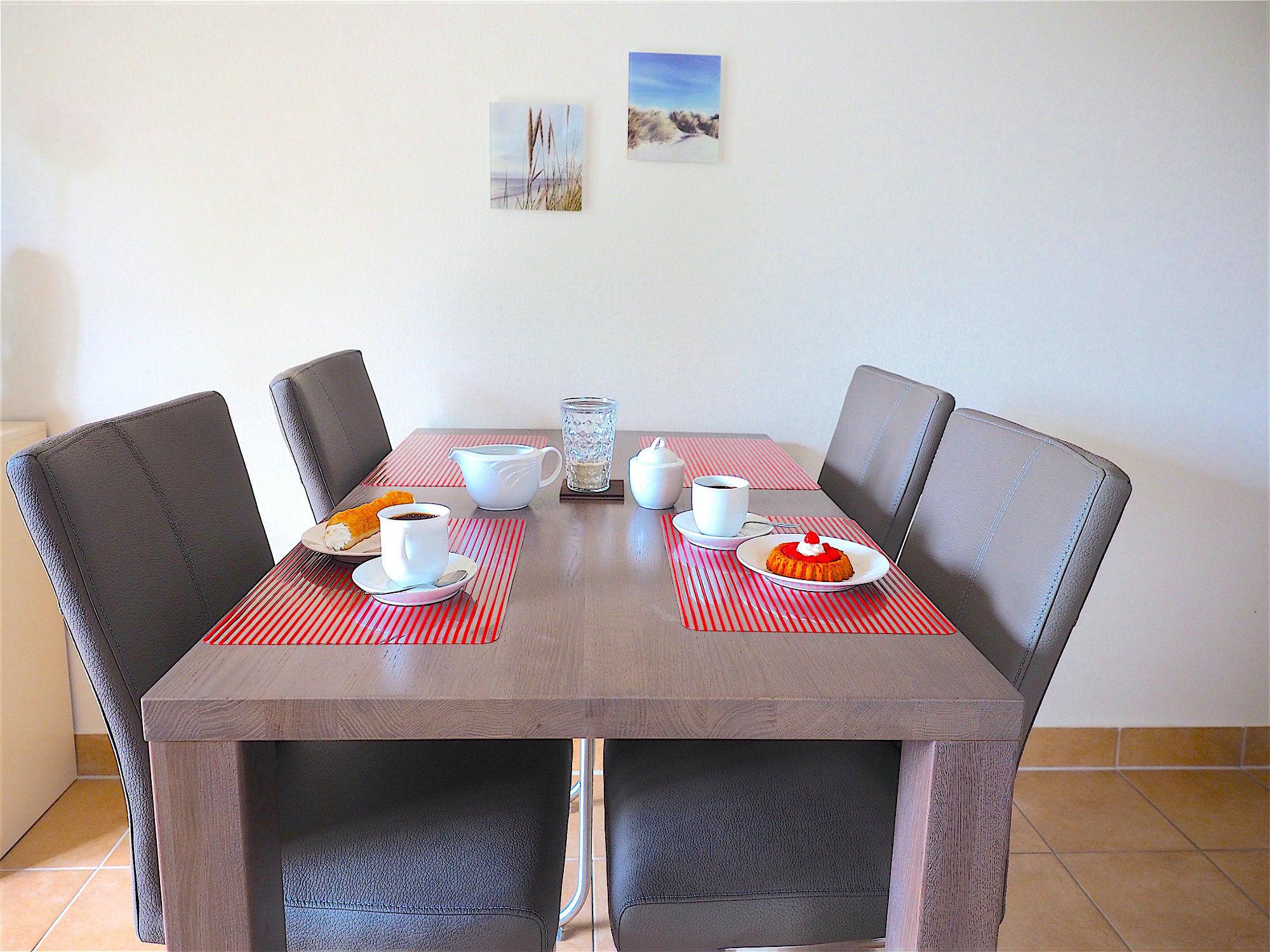 Esstisch mit 4 Stühlen und Dekoration