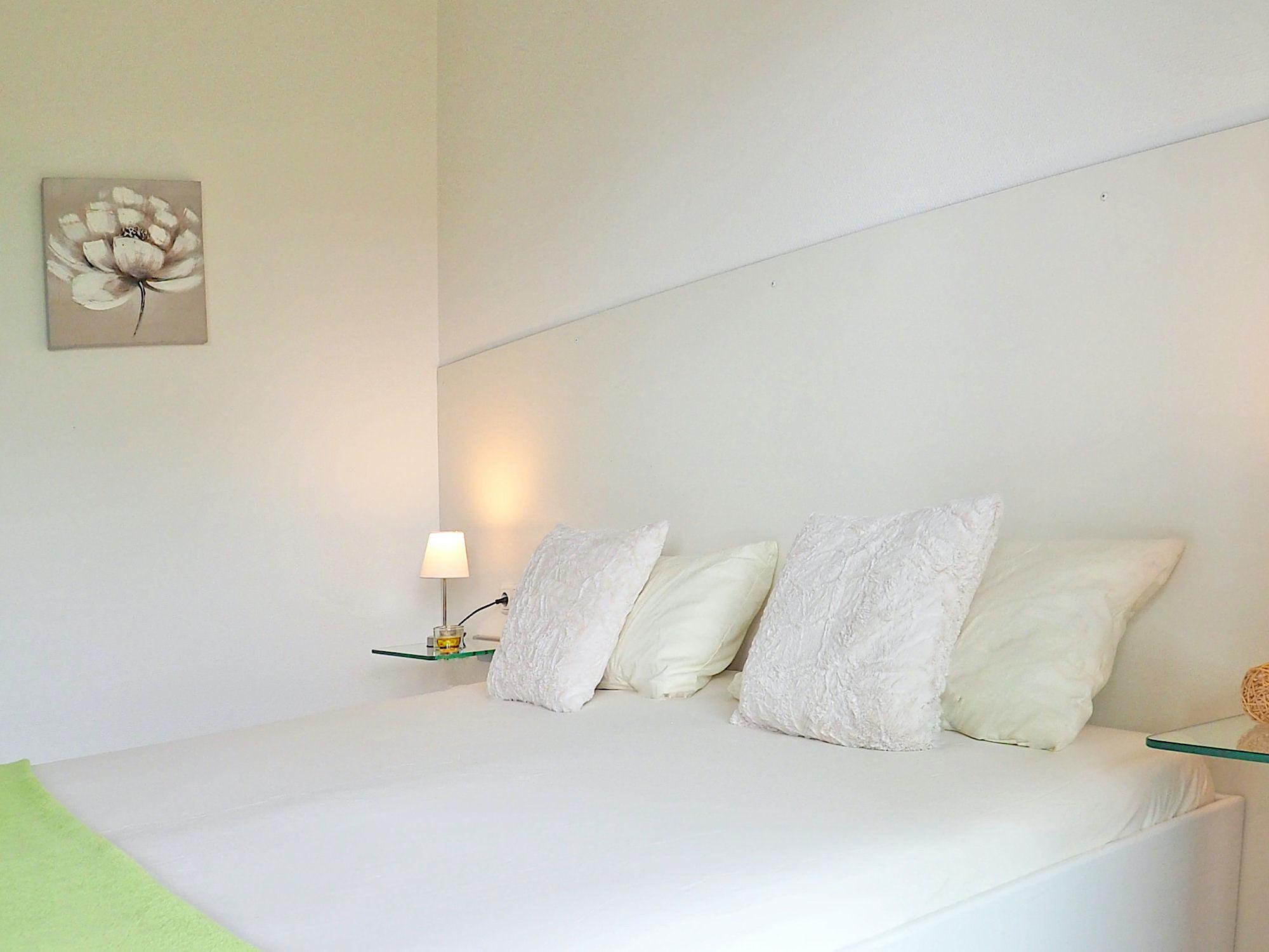 Schlafzimmer mit Doppelbett und Kopfkissen