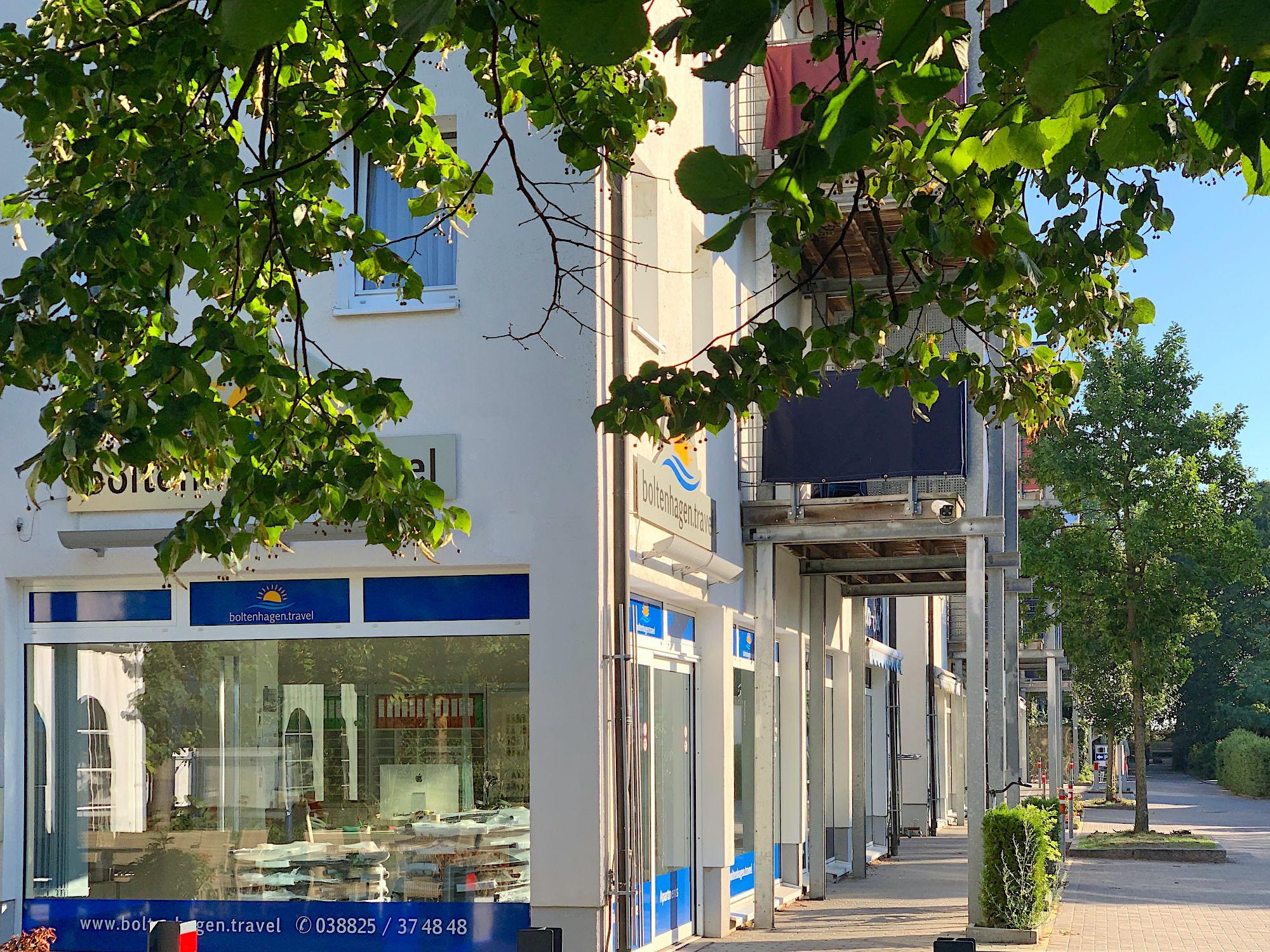 Aussenbild Büro boltenhagen.travel im Strandpalais mit Bäumen im Vordergrund