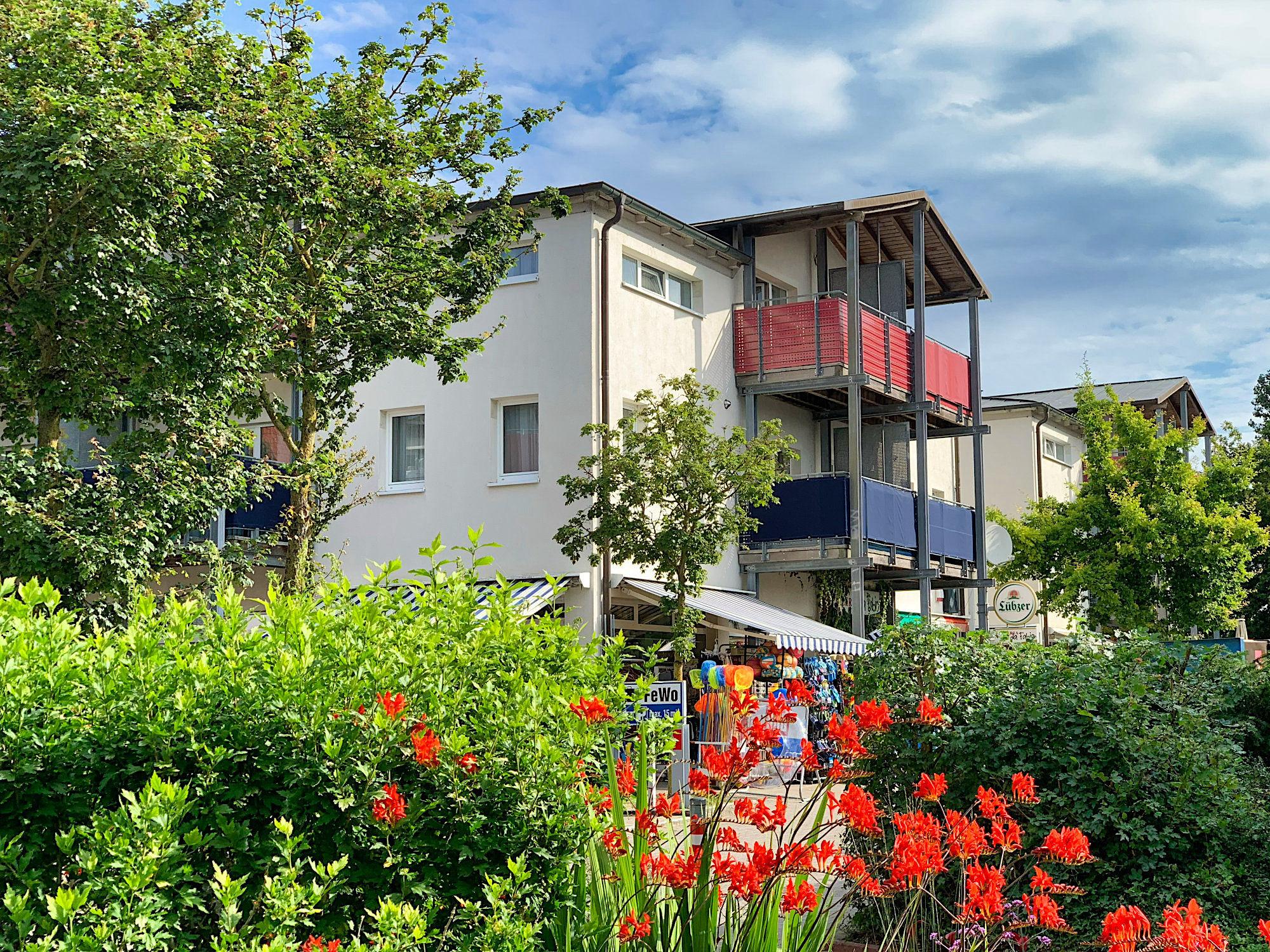 Aussenbild Strandpalais, Haus 2 mit Bepflanzung im Vordergrund