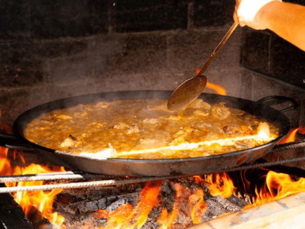 img/experiencia-en-valencia-showcooking-paella-ciudad-artes-ciencias/paella-cooking.png