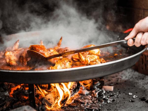 img/experiencia-en-valencia-showcooking-paella-ciudad-artes-ciencias/paella-cooking3.png