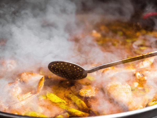 img/experiencia-en-valencia-showcooking-paella-ciudad-artes-ciencias/paella-cooking4.png