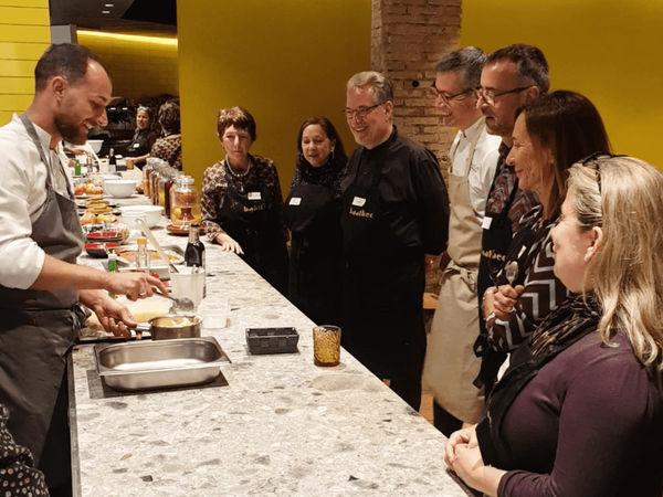 img/experiencia-gastronomica-valencia-clase-de-cocina-del-otro-lado-del-mediterraneo-en/steve-anderson-chef-cooking-class1.png