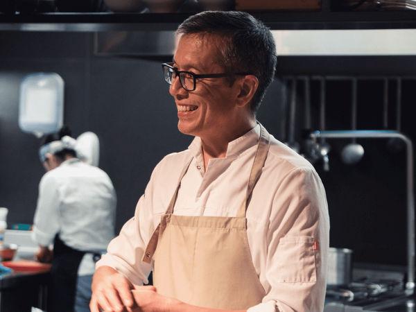 img/experiencia-gastronomica-valencia-clase-de-cocina-del-otro-lado-del-mediterraneo-en/steve-anderson-chef-cooking-class4.png