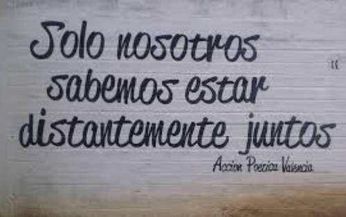 Frases de Acción Poética en Español (Latinoamericana) - Solo nosotros sabemos estar distantemente juntos.