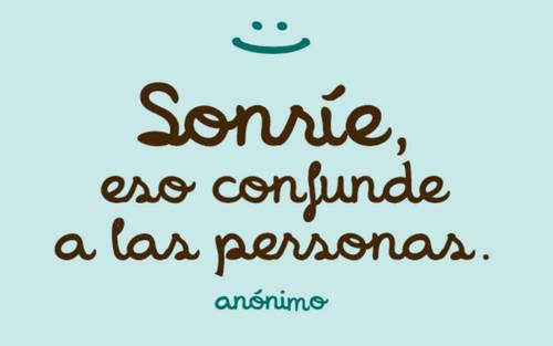 Frases de Alegría - Sonríe, eso confunde a las personas.