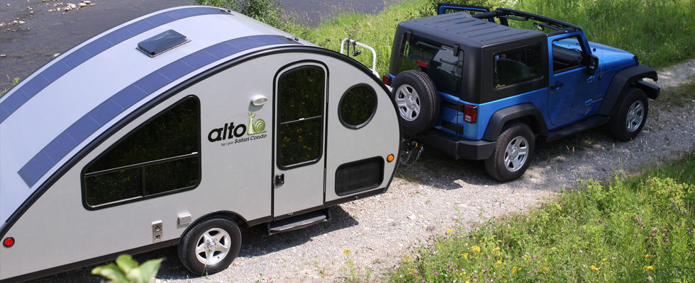 ALTO minicamper 1 - A travel trailer with a retractable roof