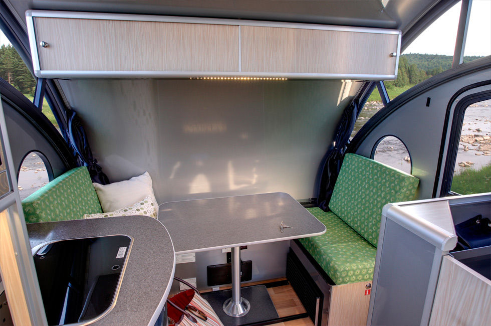ALTO minicamper 10 - A travel trailer with a retractable roof