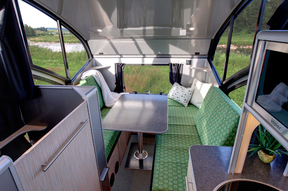 ALTO minicamper 4 - A travel trailer with a retractable roof
