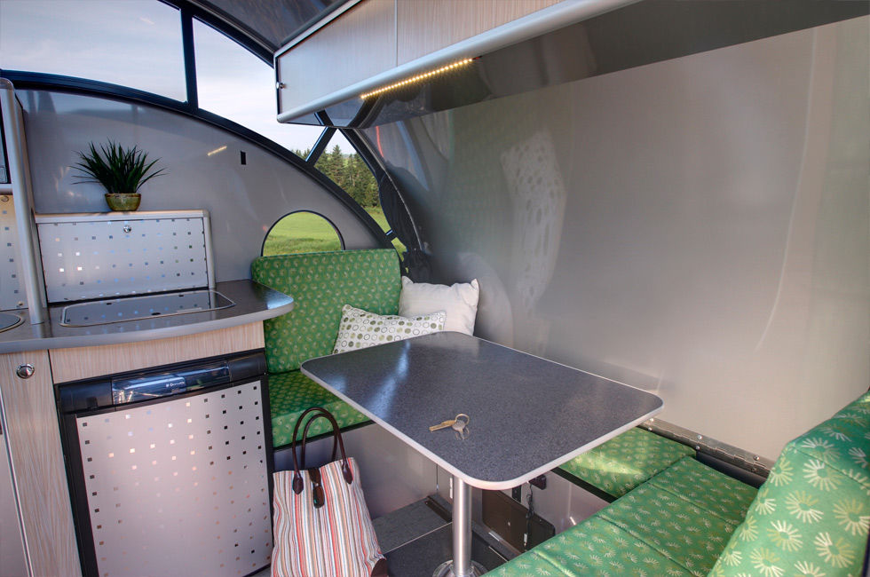 ALTO minicamper 9 - A travel trailer with a retractable roof