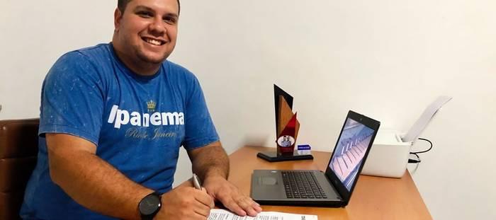 De pequena cidade mineira, o cantor Wellington Cardoso traz novidades para o streaming