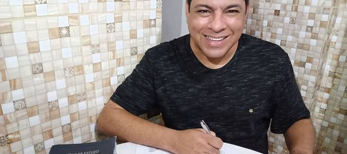 Antes resistente a igreja, agora o cantor André Moreira vive e prega o evangelho