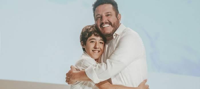 Pai e filho unidos por uma mensagem de paz