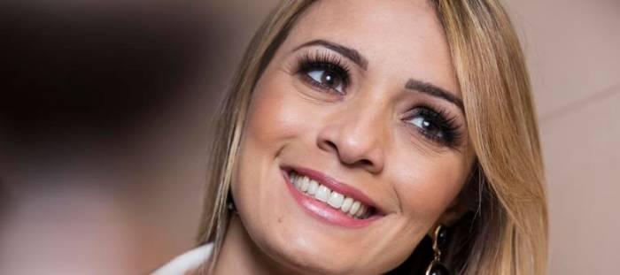"""Denyse Bittencourt lança """"Tudo Posso"""" em versão acústica (Luau Live Session)"""