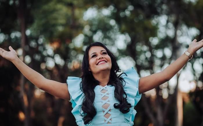 """Lenilda Borges divulga capa de """"Tua Presença"""" e tour de lançamento do novo EP pelos Estados Unidos."""