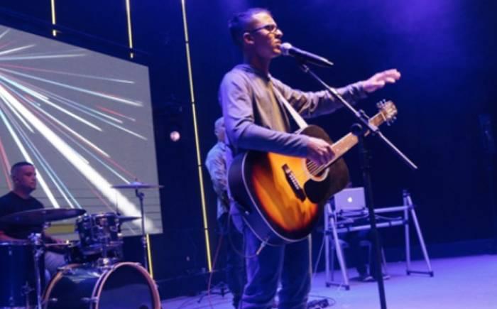 Da Região dos Lagos, cantor Eduardo Davidson assina contrato e prepara estreia no streaming