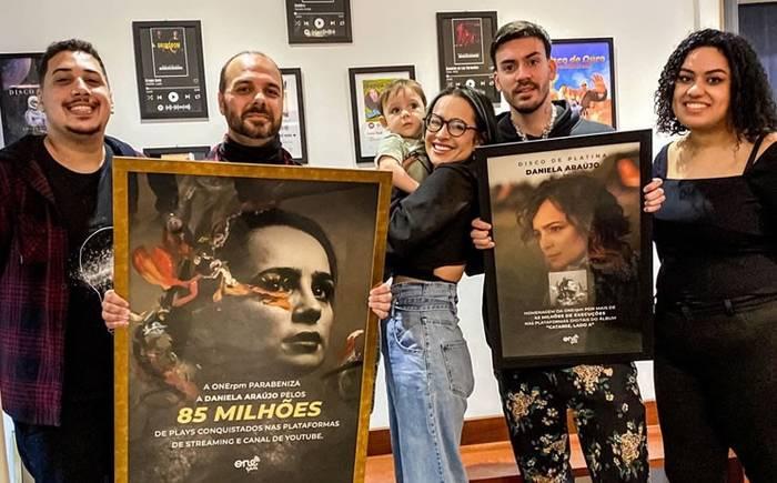 Daniela Araújo recebe placas comemorativas dos números alcançados nas plataformas