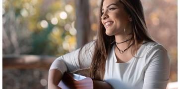 Isabelle Dias apresenta nova música de trabalho escrita por Waguinho