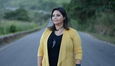 Maressa Cruz, ex-vocalista do Sing Out, lança primeira música em carreira solo