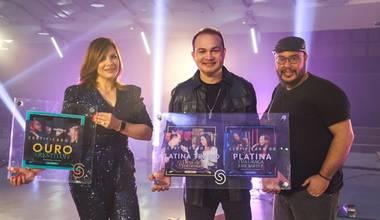 Davi Sacer recebe discos de platina e platina triplo durante gravação de seu novo EP