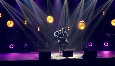 """O cantor Eli Soares estreia o clipe do medley """"Sou Feliz/Em Fervente Oração/ Tocou-me"""""""