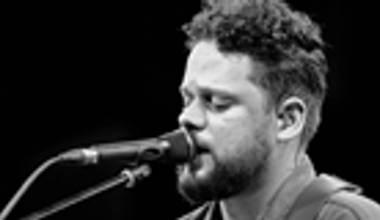 Ouvimos o novo álbum ao vivo de Marcos Almeida - Eu Sarau, parte 2. Confira nossa crítica