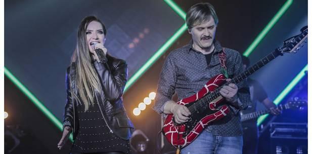 """Juninho Afram e sua guitarra marcam o rock de """"Pela Fé"""", single autoral de Camila Campos"""