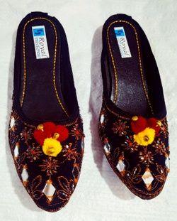 Hoor Mojari & Handicrafts 144