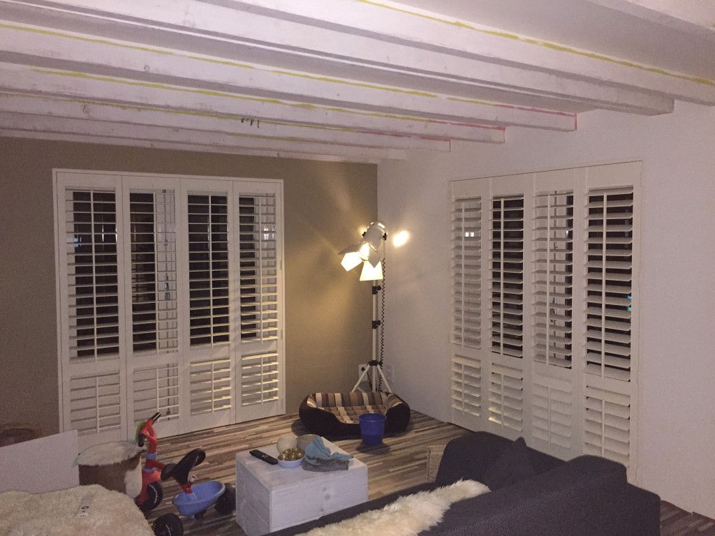 Raamdecoratie Openslaande Deuren : Shutters en houten jaloezieën in je woonkamer shutterkoning